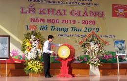 Đồng chí Võ Văn Thưởng đánh trống khai giảng tại THCS Chu Văn An, Hải Phòng