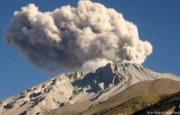 Peru: Núi lửa Ubinas hoạt động mạnh sau 3 vụ nổ liên tiếp
