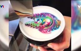 Tạo sắc màu độc đáo cho cốc cà phê latte