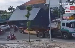 Bình Dương: Người đi đường lo lắng khi thùng container liên tục rơi xuống đường