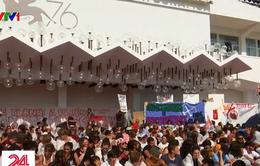 Hàng trăm người biểu tình chống biến đổi khí hậu tại LHP Venice