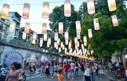 Tái hiện không khí hân hoan ngày Giải phóng Thủ đô tại phố bích họa Phùng Hưng