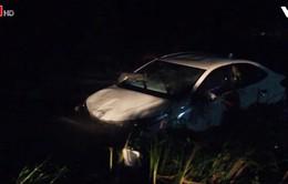 4 người thoát nạn khi ô tô bị cuốn trôi