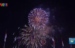 Người dân TP.HCM đổ ra đường xem pháo hoa, hân hoan chào đón năm mới