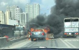 Xe ô tô bốc cháy ngùn ngụt trên đường vành đai 3 trên cao