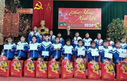 Đồng chí Trần Quốc Vượng chúc Tết bộ đội và nhân dân biên giới