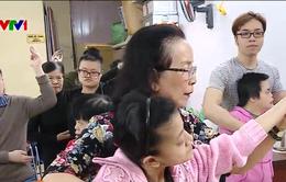 """Lớp dạy trẻ khuyết tật bền bỉ hàng chục năm qua của """"mẹ Hạnh Phúc"""""""