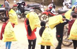 Hàng Tết về với người dân vùng sạt lở núi ở Quảng Ngãi
