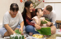 Phương Vy hướng dẫn ông xã và con gái gói bánh chưng đón Tết