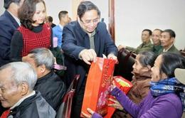Trưởng ban Tổ chức Trung ương trao quà Tết tặng gia đình chính sách và hộ nghèo