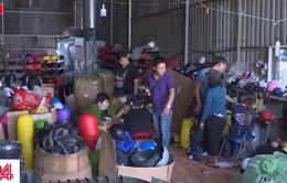 TPHCM: Bắt xưởng sản xuất hàng chục nghìn mũ bảo hiểm giả