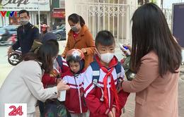 Trường học tổ chức rửa tay sát khuẩn và đo nhiệt độ cho học sinh