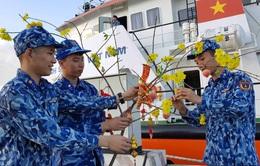 Tàu cảnh sát biển mang quà Tết đến với chiến sĩ đảo Bạch Long Vĩ