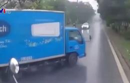 Xe tải sang đường thiếu quan sát gây tai nạn