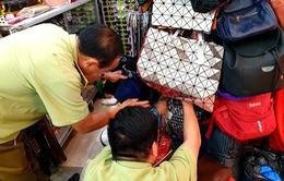 Phát hiện hàng trăm túi xách giả tại Saigon Square và Lucky Plaza