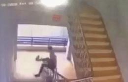 Trượt lan can cầu thang ở trường, một nam sinh tử vong thương tâm
