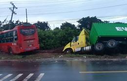 Xe khách vượt ẩu tông trực diện xe tải, 5 người thương vong