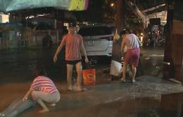 Người Hội An khẩn trương dọn dẹp phố cổ sau khi nước lũ rút