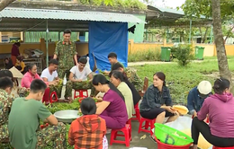 Người dân Huế góp gạo, nấu cơm tiếp sức lực lượng cứu hộ ở Rào Trăng 3