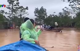 Cứu trợ người dân vùng lũ Quảng Trị