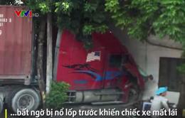 Xe container mất lái vì nổ lốp trước, đâm sầm vào nhà dân bên đường