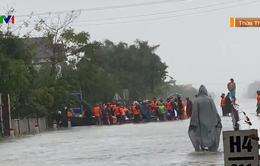 Mưa lũ tàn phá nặng nề giao thông miền Trung