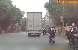 Nam sinh lái xe đạp điện suýt bị cán trúng sau khi va chạm với xe tải