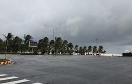 Đà Nẵng mưa nặng hạt, đường phố không một bóng người