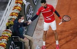 Djokovic tiếp tục đánh bóng trúng trọng tài