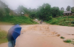 Chèo đò qua suối khi mưa to, 2 người đàn ông bị nước lũ cuốn trôi