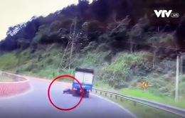 Phóng nhanh vào cua tốc độ cao, phượt thủ phi thẳng vào xe tải ngược chiều