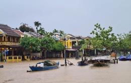 Mưa lớn, phố cổ Hội An ngập trong biển nước