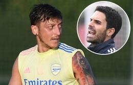 Mesut Ozil sẽ không được Arsenal đăng ký thi đấu tại Europa League
