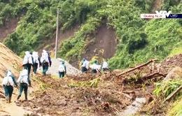 Chưa thể dùng trực thăng, dân quân gùi hàng vượt rừng cứu trợ cho 2 xã bị cô lập ở Phước Sơn