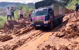 Nhiều tuyến đường miền Trung bị sạt lở, ách tắc do mưa lũ