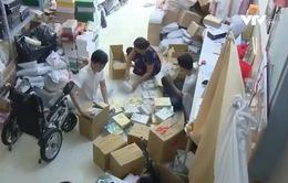 Chàng trai khuyết tật tặng hàng nghìn quyển vở cho các em nhỏ miền Trung