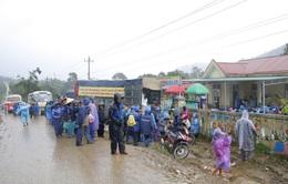 Đội mưa mang quà cứu trợ đồng bào miền Trung