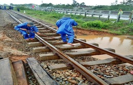 Đường sắt dừng chạy một số đoàn tàu do bão số 13