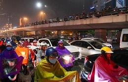 Mưa lớn đúng giờ tan tầm, người dân Hà Nội ròng rã hàng tiếng mới về đến nhà