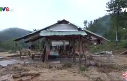 Người lính giúp Làng Xà Nu dọn dẹp sau bão số 9