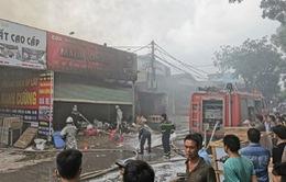 Cháy lớn tại xưởng nội thất, người dân gom đồ tháo chạy