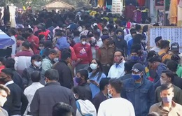 Người dân Ấn Độ vẫn tụ tập đông người bất chấp số ca mắc  COVID-19 gia tăng