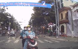 Dừng đèn đỏ làn ngược chiều, xe máy quyết không nhường đường