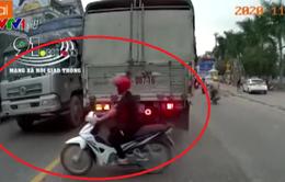 Xe máy sang đường bất cẩn bị cuốn vào gầm ô tô tải