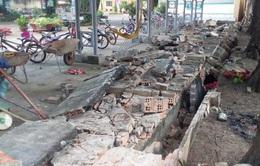 Tường rào trường tiểu học đổ sập, đè hàng chục xe của học sinh