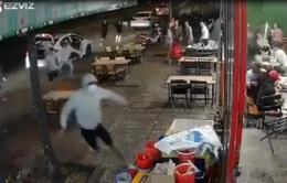 Băng nhóm bịt mặt từ 3 ô tô lao vào quán nhậu hỗn chiến kinh hoàng