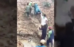 Băng rừng, lội suối đưa thai phụ tại khu vực sạt lở đi cấp cứu