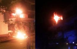 79 chiến sĩ PCCC phá cửa, giải cứu 6 người trong căn nhà bốc cháy dữ dội