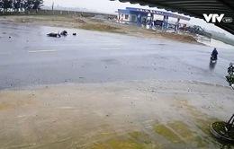 Thiếu quan sát khi trời mưa, xe đạp điện bị xe tải tông mạnh 