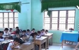 Sau mưa lũ, học sinh không đi học vì hết tiền, phải ở nhà phụ bố mẹ